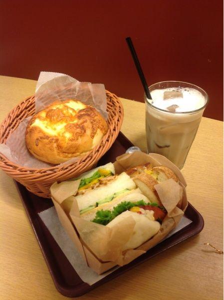 カフェラテとサンドイッチ、チーズ味のパンにゃり。ここのパンは美味しいにゃり(^-^)/   ドミニックジュラン 札幌エスタ店