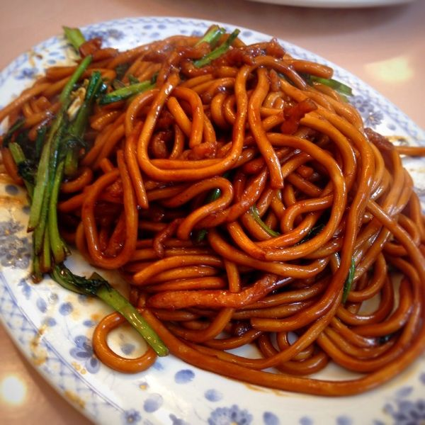 萬来亭 一番人気の上海焼きそば。どうしてもそんなに好きになれないなぁ。麺が太すぎるのと、ちょっと甘いかな。🐻
