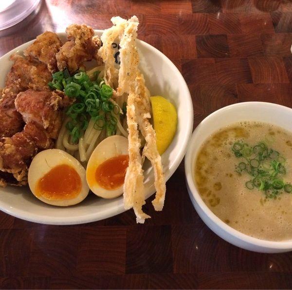濃厚鶏つけ麺のデラックス。Sioスープで。DXはフライドチキンが豪快に乗っかり、更に煮玉子、フライドメンマと、お椀を覆い尽くす量のトッピング!スープがドロドロこってりしていて美味。