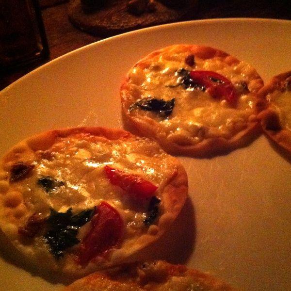 オクトーバー チーズせんべい。軽いピザみたいでおいしい!
