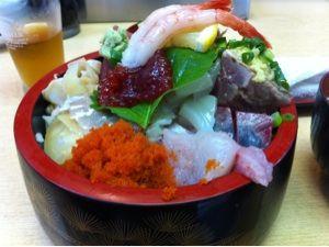 美たか鮨で中生ちらし。ネタがはみ出してる!日本海側は魚がおいしい気がするなあ。