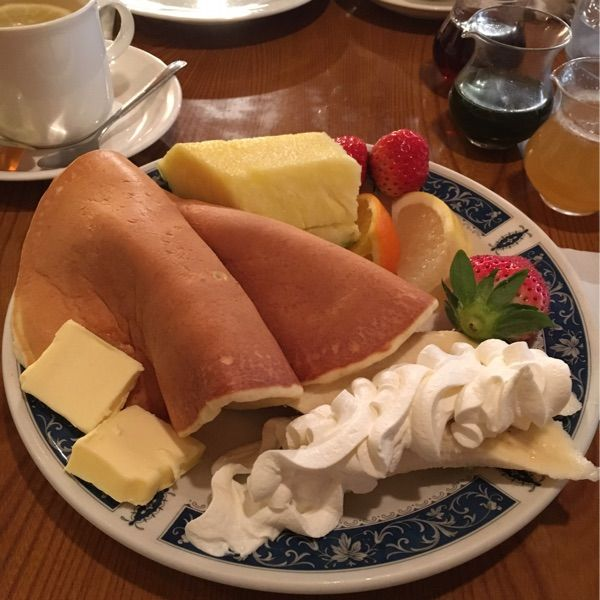 コリント 朝日店♪フルーツPC♪とっても大きな生地!生地はムチッとしてて甘みはなく、昔ながらの手作りの味わいです( ´U`)メープル・はちみつ・抹茶、3種のシロップがついてきます!