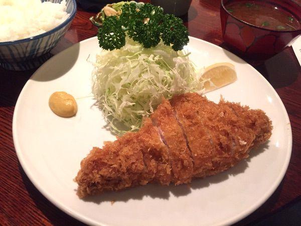今日のお昼は神田須田町のとんかつ やまいちでロースかつ定食を頂きました!12時過ぎで既に特ロースは売り切れ、牡蠣は入荷無し、、
