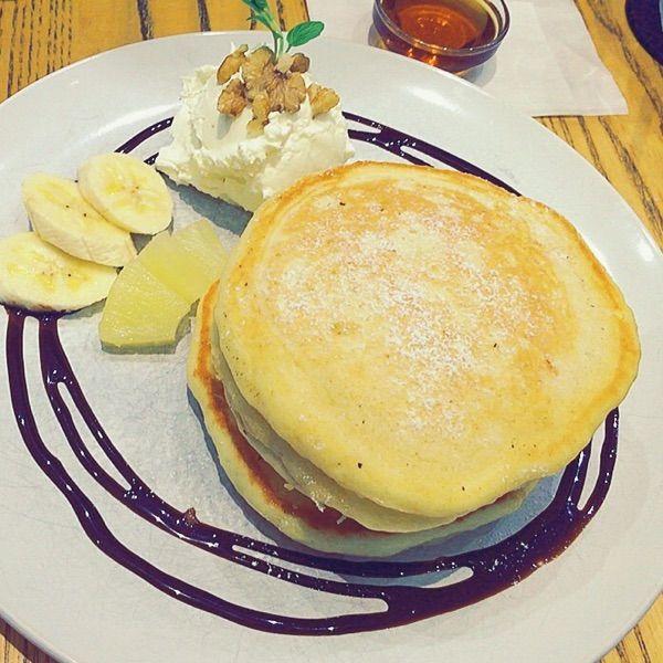 クリームパンケーキ(三重奏)クリームとメープルが甘すぎず、フルーツも優しい甘さで。生地はふわっとしてて。さすがに3枚は最後辛かった😂笑