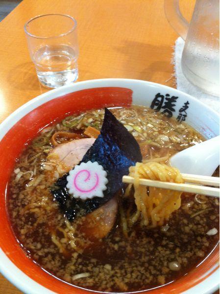 支那そば食べてみた。スープが熱くて驚いた、寒かったからうれしい、そういえはわ最近はどこも低温化してるよね。
