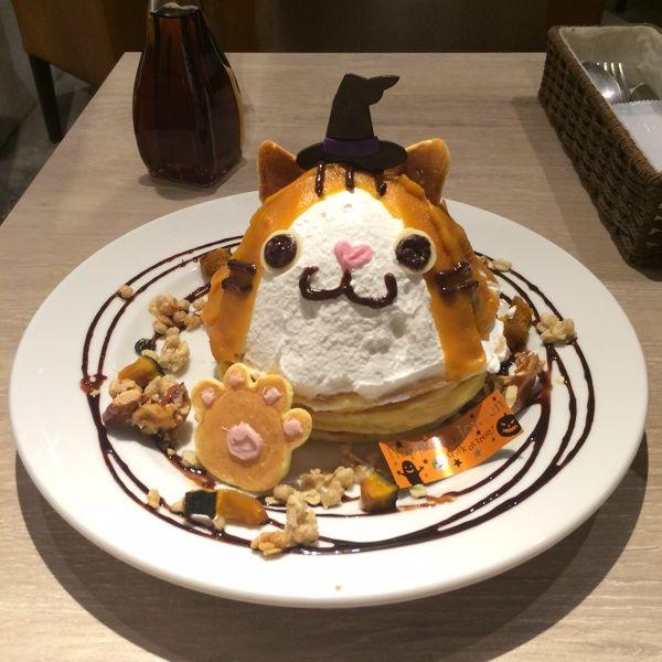 カフェ アンド♪魔女にゃらんのかぼちゃパンケーキ♪生クリームとカボチャペーストで盛った、ボリューム大なパンケーキ!サクッ、カリッ、ホクッ、色んな食感が楽しい☆