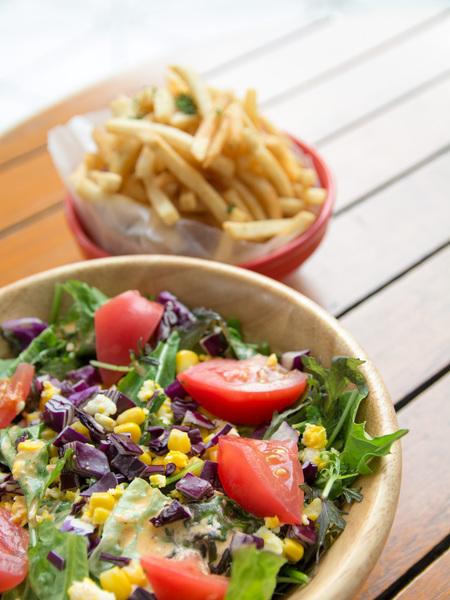 有機ベビーリーフのチョップサラダ、フライドポテト