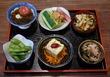 小鉢とは言え…6品の旬菜が愉しめて1,000円~って、驚きのコスパ♪ 「旬菜小鉢の盛り合わせ」は、注文必須の大人気メニュー! 三ノ輪・炭火串焼 興
