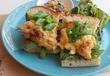 「オレンジマリネのフライドチキンと卵ソースのサンドイッチ」は、プルッフワッと躍動感溢れる、春サンド♪ 西荻窪・3&1 Sandwich トレ エ ウーノ