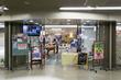 市駅東改札口前で堂島ロールのモンシェール元シェフによる枚方に関連する素材を使ったロールケーキ売ってる。5月2日までで1日30本限定
