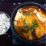 明洞食堂なうスンドゥブらーめんニャー魚介の旨味が辛味とバランスが良く 満足のいく味にゃ一緒についてくる16穀米を最後にスープに入れて2度美味しいにゃ~