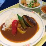レストラン レジーナ:日替りAランチ 夏野菜カレーと小海老のシーザーサラダ