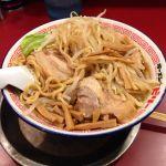 2013年(平成25年)10月5日(日)2度目のビリーラーメン。少しもやしを食べたところ。太麺、濃厚、背脂多め、分厚いチャーシュー。みんな普通に黒烏龍茶飲みながら食べています。