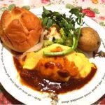 ラケル 泉南店 ドライカレーのオムライス。パンがフワフワで美味しかった!じゃかいもが丸々1個でびっくりしたけどww