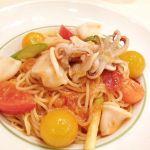 ドナ でヤリイカと夏野菜のスパゲッティ。トマト甘いし色合い可愛い〜。