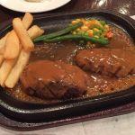 炭焼ハンバーグ 130g。ソースをかけるとかなり跳ねるけどお肉は美味しい。次は塩胡椒だけで食べてみたい。 (@ アルカサール 川崎店)