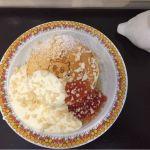 Cafe&zakka pollo  春のパンケーキ祭り4回目。今日はオリジナルクリームソース、マカダミアナッツ、グレープフルーツジャム♪このジャム全然苦味なしでした(*´ェ`*)♡
