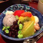 特製あんみつ黒胡麻アイス,小豆餡,ココナツかん,マンゴープリン,焙じ茶ゼリー,他,季節の果物や豆。¥1,001♪