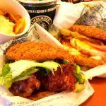 函館市のラッキーピエロ 函館駅前店。チャイニーズチキンバーガーのダントツ人気No.1セットとスペシャル生ベーコンエッグバーガーを注文。やっぱ函館に来たら一度はラッピ(≧∇≦)b