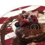 ショコラフルーツパンケーキ。ふわふわでしっかりチョコ味の生地が美味しい。生クリームもあっさりめでペロリとすべていただきました。