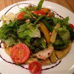 ナチュラルカフェ ベジクラージュ今日の夜ごはん♡彩り野菜のサラダパンケーキ♡たっぷりのサラダとバルサミコドレッシングが美味しい♡
