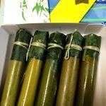 雨上がりの月初。他店では予約販売のみの朔日餅が、キャンセル分の割当てが。七夕でもある今月は「竹流し」に短冊🎋がセット。