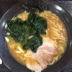 2016(平成28)年9月26日(月)とんこつラーメン醬油味390円。豚骨醤油スープが中太縮れ麺によく絡む!チャーシュー、海苔、わかめがトッピングされてこの値段、コスパも最高!