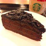 *デビルズケーキ*チョコレート生地にチョコレートクリームとアプリコットジャム。生地の1番下にフィアンティーヌ。なんだか、工夫しすぎてて惜しい味...( ・ิω・ิ) 400