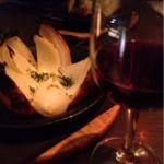 茶屋町バル2件目。玉ねぎのまるごとローストとグラスワイン♪ 玉ねぎ食べ応えありました〜(๑´ڡ`๑)