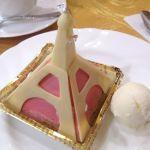 エッフェル塔。フランボワーズのムースの中にはクリームとベリー、ピスタチオの生地。とてもさっぱりとした甘さのケーキでした。形可愛い( ´ ▽ ` )