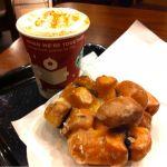 スターバックス・コーヒー 静岡丸井店 でショートジンジャーブレッドラテにアップルシナモンフリッター(260円)。食べ応えがあります。snowman come to life.