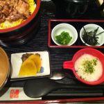 鶏匠庵 大垣アピオ店(おひる) 鶏のひつまぶし。お茶漬け用のだし汁はこの場合コラーゲンスープとなる。やきとり丼プラスお茶漬けだな。ふたつのいいとこ取り。