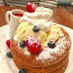 cafe & books bibliotheque 梅田店: ベリーとクリームチーズ  シナモン風味のどっしりパンケーキ3枚 バターで表面サクッと焼きあがってます(≧∀≦)