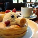 IVY PLACE クラッシックバターミルクパンケーキにフレッシュフルーツとフレッシュクリームのトッピング