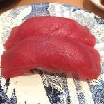 生のマグロ赤身。美味しい。 (@ ひょうたんの回転寿司)
