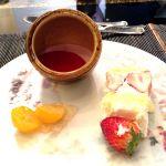 ローストビーフの店 鎌倉山 銀座店 デザートは6種類から3つ選びます。ショートケーキ、苺のババロア、金柑のコンポート に珈琲