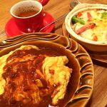 ファミリーキッチン ボチャカ 岡南店相方出張につきひとり飯。玄米入りオムライス&野菜のマカロニグラタン。オムライスにグラタンなんて最強だ(๑˃̵ᴗ˂̵)و