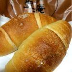 聖庵 大丸梅田店塩パン食べ比べ、2店舗目はこちら。税込110円🎵バター感は強いけど、どちらかと云えばチーズやマーガリンに近いような…でも美味しい‼️