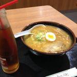 札幌 三代目月見軒 #ramen 味噌ラーメン800円大盛り無料。ウーロン茶150円。器が小さいので通常大盛りでゴーな感じでした。