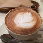 ラ・メゾン・アンソレイユターブル ルミネ大宮店。ラテアートされたカフェラテです。