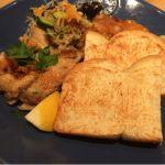 チキンのレモングリル。ラタトゥイユ、コールスロー、タイ風サラダ。