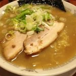 今日は駅近くのらーめん南山さんでらーめんセット。ちょい硬の麺がいい感じに豚骨スープに馴染んでます。