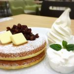 北海道ソフトクリーム MOUMOU アクアシティお台場店 北海道あずきとホイップクリームのパンケーキにソフトクリームのトッピング