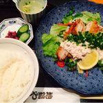 地鶏や 横浜ポルタ店チキン南蛮 いつも思うんだけどメニューの美味しそうに盛られてる量より少ない(笑)美味しいけどね!店員さんやっつけ仕事しないで女性にも優しくして下さい