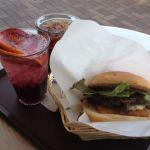 今日の三食目は橿原アルルのフレッシュネスバーガーでフレッシュバーガーとサングリアソーダー!
