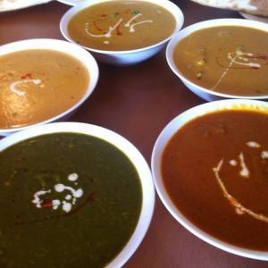 時計回りにほうれん草豆カレー、シーフードカレー、チキンカレー、野菜カレー、マトンカレー
