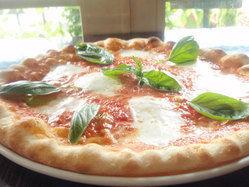 イタリアの中力粉チンクエスタジオーニを100%使用したピッツァ