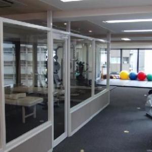 店内の写真です。手前がリストアージュ(ボディケア)の部屋で白いベッドが3台。奥はジムエリアで、窓が大きく明るいです。