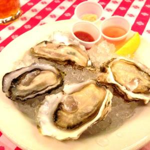 GRAND CENTRAL OYSTER BAR&RESTAURANT 丸の内店で生牡蠣の盛り合わせ