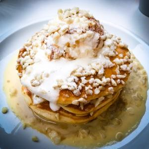 crisscross 『Buttermilk pancakes with whipped cream,vanilla sauce and macadamia nuts』